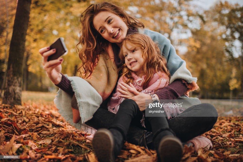 Glücklich Rothaarige Mutter und Tochter unter einem Selfie im Herbst. : Stock-Foto