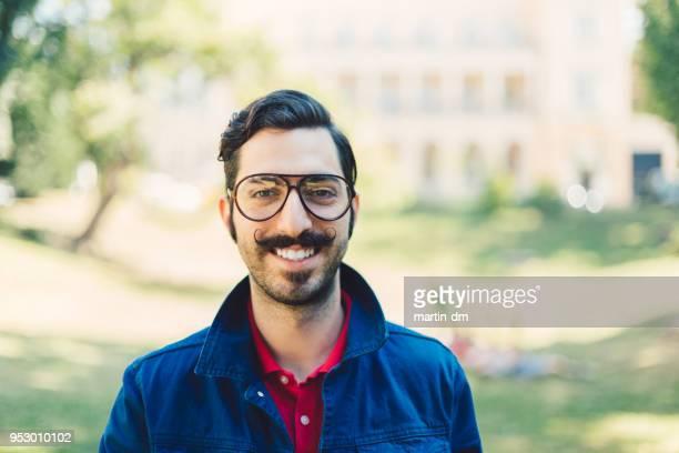 glücklich retro stil porträt eines mannes - schnurrbart stock-fotos und bilder