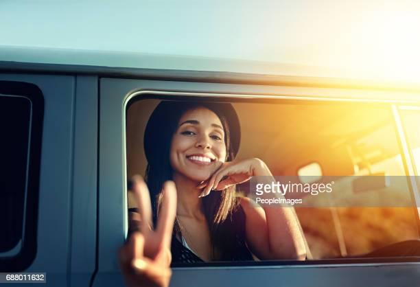 glücklich weg stolpern! - friedenszeichen handzeichen stock-fotos und bilder