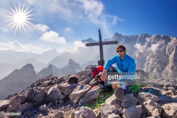 happy rock kletterer auf gipfel der mount watzfrau, kleiner watzmann, watzmannfrau-nationalpark berchtesgaden - oberbayern stock-fotos und bilder