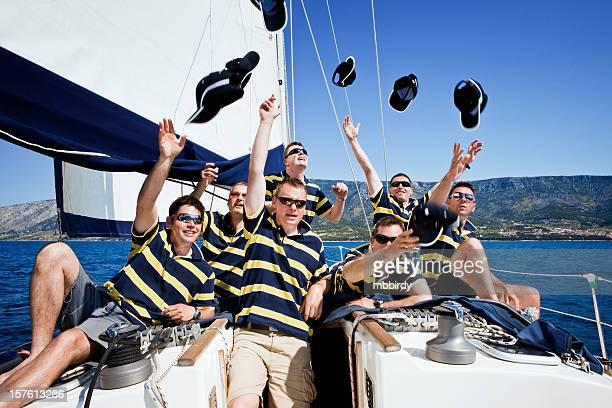Heureux équipe de voile sur voilier