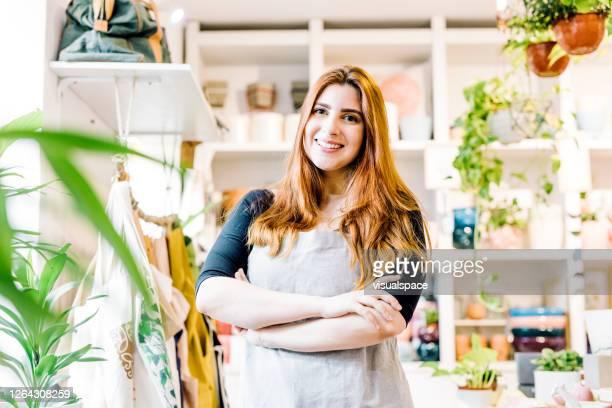 店で働くハッピーセールスウーマン - ギフトショップ ストックフォトと画像