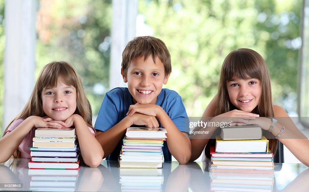 Glückliche Schulkinder mit viele Bücher. : Stock-Foto