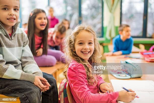 Glücklich Schulkind-Nur Mädchen sitzt auf eine Paus'in der Schule.