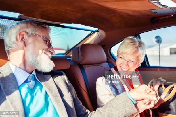 Glückliches Alter Erwachsener paar fahren in einer limousine