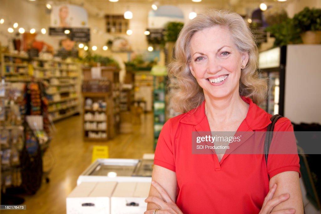 Happy Senior adulte d achat de denrées alimentaires en face du magasin cabas    Photo 4bd779768f72
