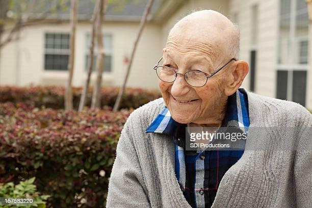 Happy Senior Erwachsener Mann im Freien im Courtyard