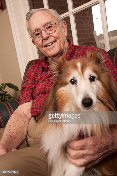 Happy Senior Erwachsener mit seinem Hund