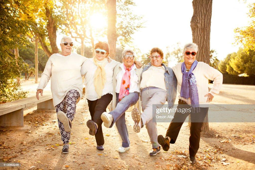 Happy senior Erwachsene Frau mit Sonnenbrille : Stock-Foto
