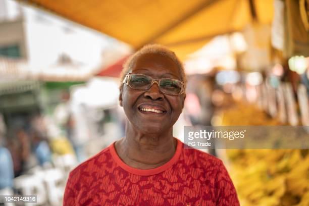 gelukkig senior afrikaanse etniciteit vrouw portret - human arm stockfoto's en -beelden