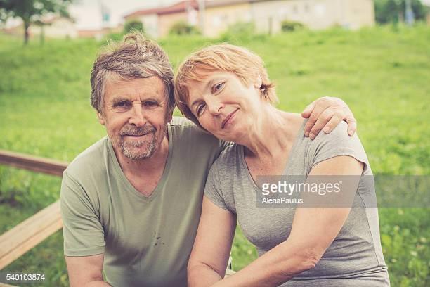 Glücklich senior europäischer Abstammung paar umarmen und im Freien Porträt