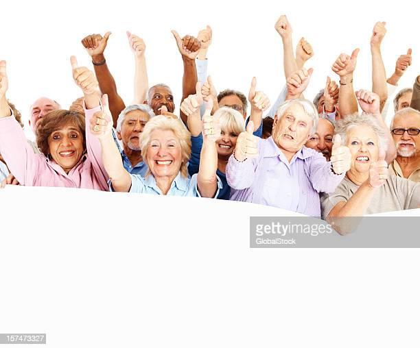 Heureux senior citoyens montre signe de pouce levé