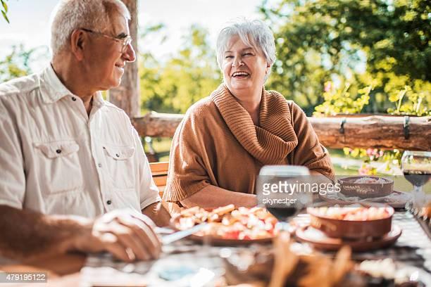 Heureux couple senior de la communication au déjeuner dans un restaurant.