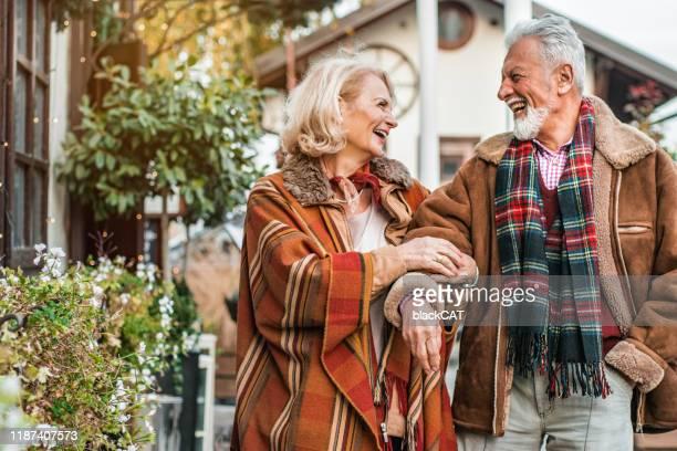 felice coppia senior godendo nella giornata invernale all'aperto - 60 64 anni foto e immagini stock