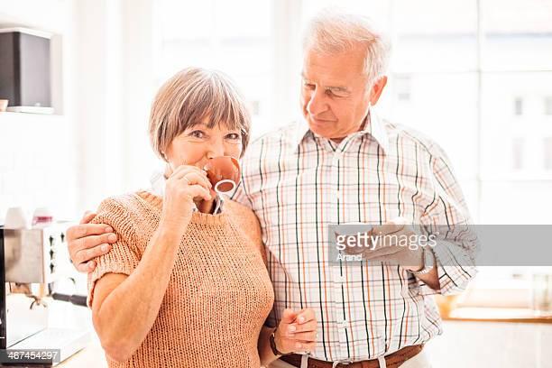 Glückliche ältere Paar mit Kaffee