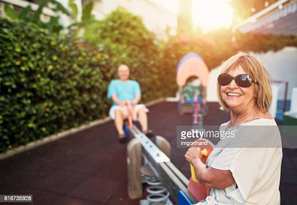 Gelukkige senior paar plezier op de speelplaats