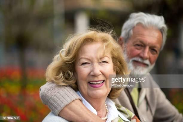 Glücklich altes Paar Blick in die Kamera