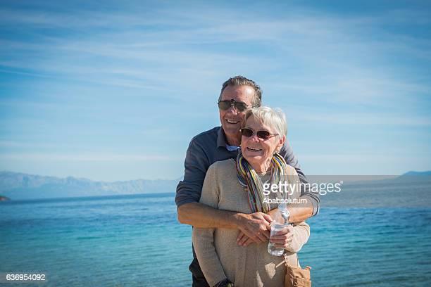 feliz pareja senior en zlatni rat, bol, brac, croacia, europa - zlatni rat fotografías e imágenes de stock
