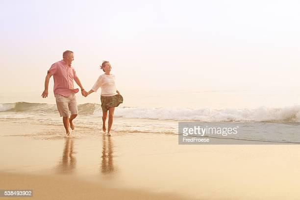 Glücklich leitender Paar im Freien am Strand