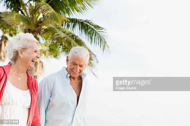 ハッピーな年配のカップル