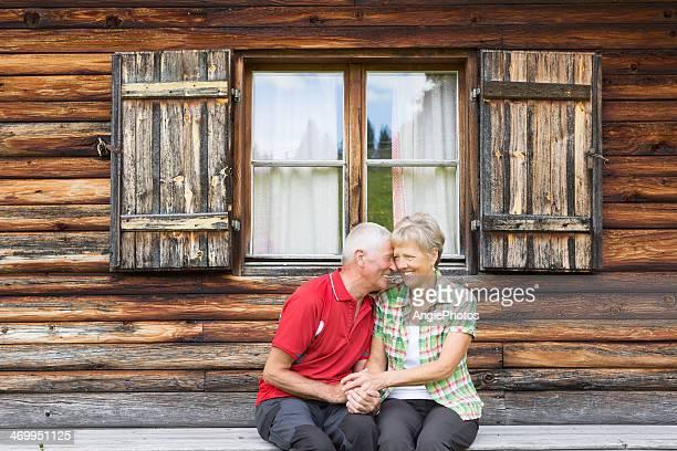 Glücklich altes Paar entspannenden auf die Berge