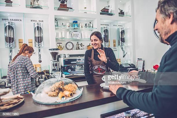 Feliz mujer Senior hombre y dos Barista;  Café Trieste, Europa