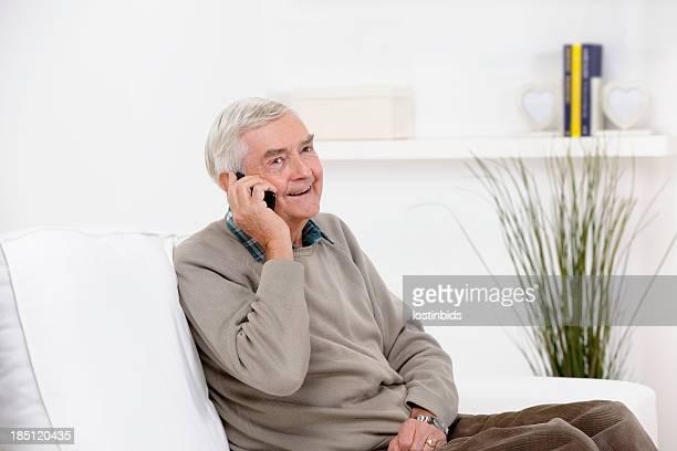 happy senior man sie ein telefongespräch - einzelner senior stock-fotos und bilder