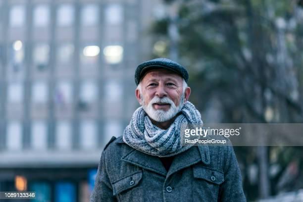gelukkig senior man - senioren mannen stockfoto's en -beelden