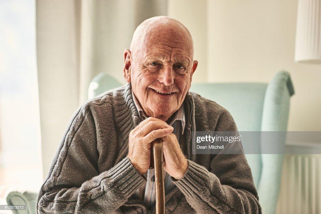 Homem feliz sênior, sentado em casa : Foto de stock