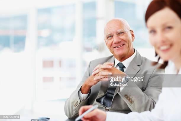幸せなシニアビジネス男性と女性でオフィス