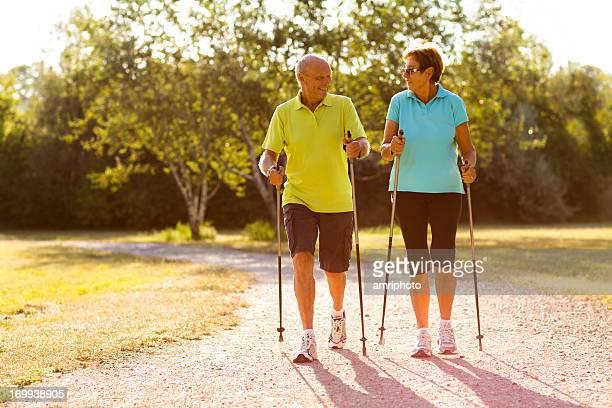 Feliz pareja senior de caminata nórdica
