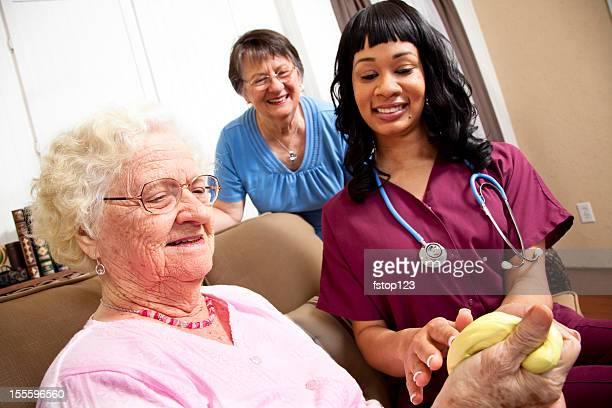 Feliz mulher idosa fazendo exercícios filha e médico no fundo