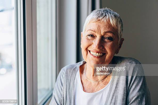 Heureuse femme senior