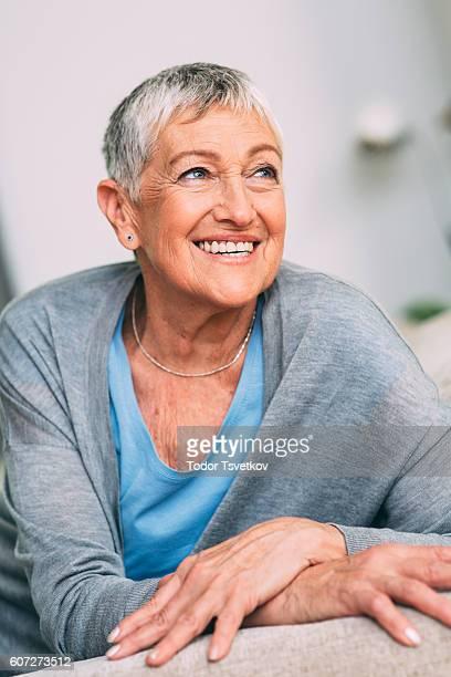 felice donna senior - distrarre lo sguardo foto e immagini stock