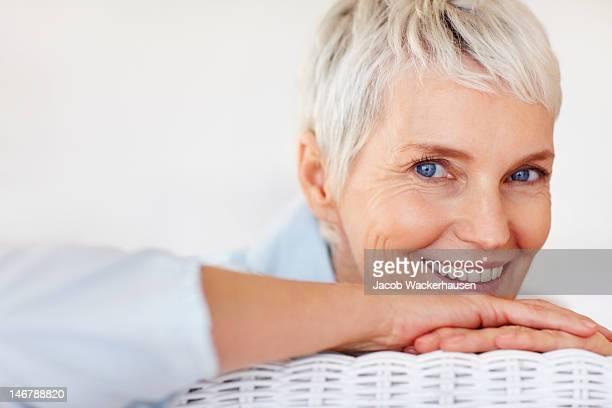Happy senior mujer posando