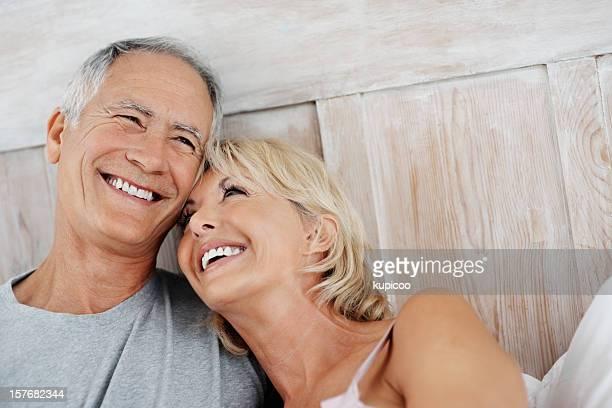 Happy senior woman 休んでいる熟年男性のショルダー
