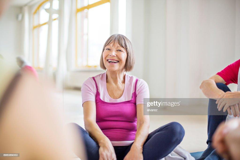 Glücklich senior Frau sitzt mit Freunden im Fitness-Studio : Stock-Foto
