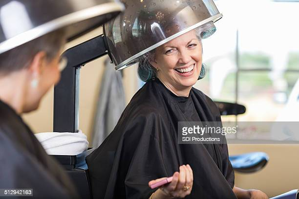 Happy senior woman 、ご友人との会話に美容院