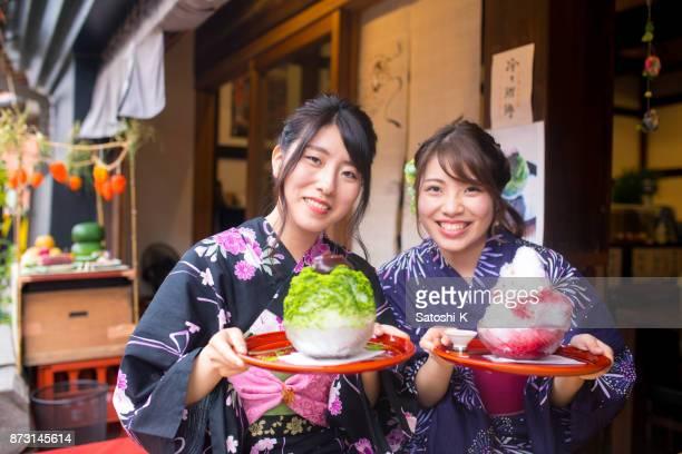カフェでのかき氷アイス デザートを開催浴衣姿で幸せな姉妹 - ボン ストックフォトと画像