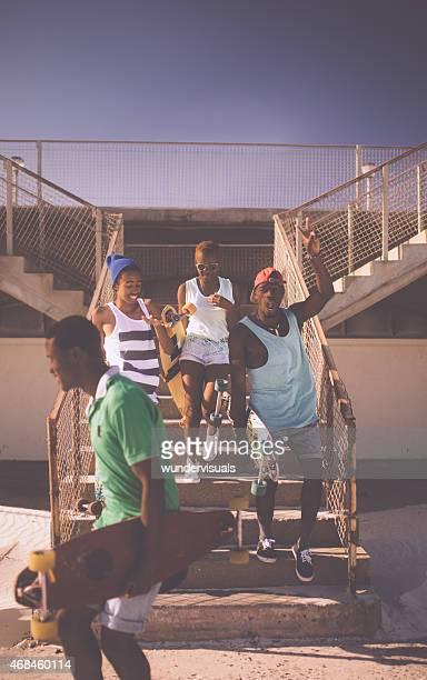 Skatista felizes amigos de de Descida africana sair