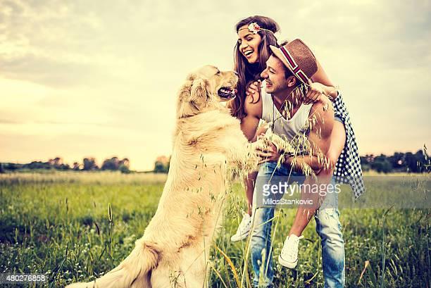 Heureux souriant famille dans la nature