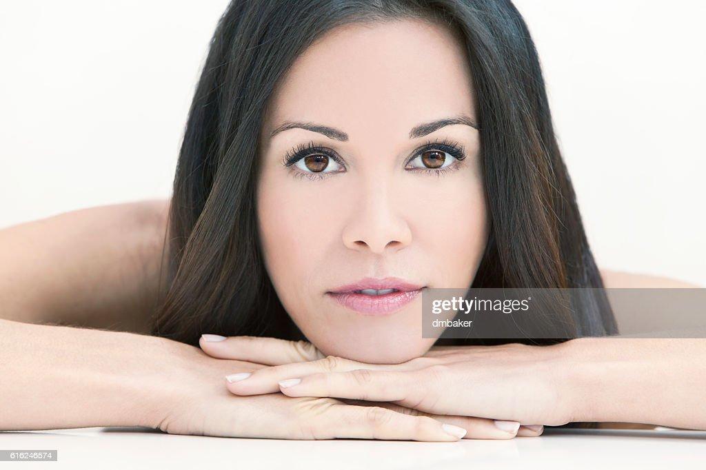 Feliz sonriendo hermosa mujer descansando en sus manos : Foto de stock
