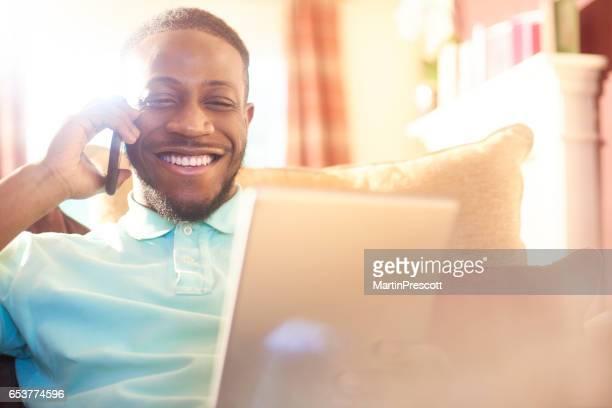 tevreden lachende klant aan de telefoon aan verzekeringsmaatschappij