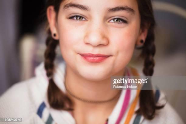 happy, smiling girl - occhi nocciola foto e immagini stock