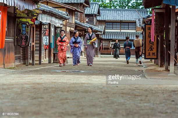 女性の幸せな笑顔の江戸の町 kyoto,japan - edo period ストックフォトと画像