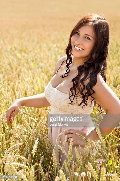 Glücklich lächelnd Mitte eines cornfield