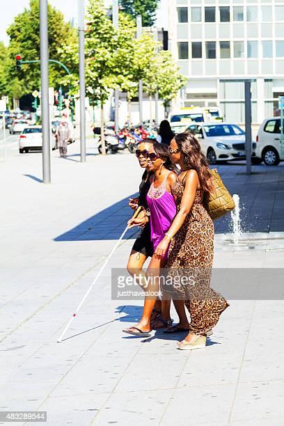 Drei glücklich lächelnd afrikanische Frauen