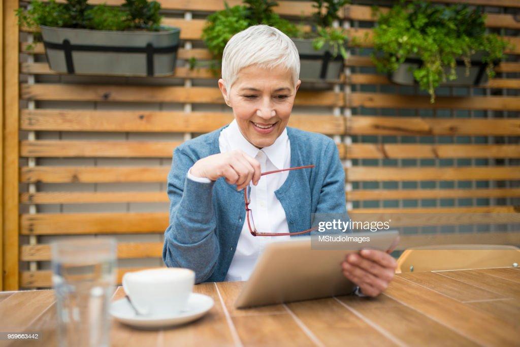 Glücklich lächelnde Frau. : Stock-Foto