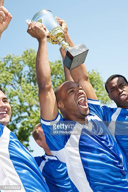 ハッピーなサッカーチームながらビクトリートロフィー - サッカー国際大会 ストックフォトと画像