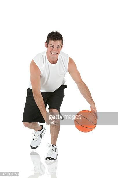 happy sportler spielen mit einem basketball - basketballspieler stock-fotos und bilder